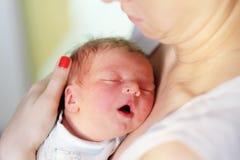 Un viejo bebé recién nacido del día con la madre Fotos de archivo