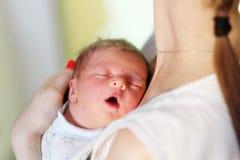 Un viejo bebé recién nacido del día con la madre Imagen de archivo