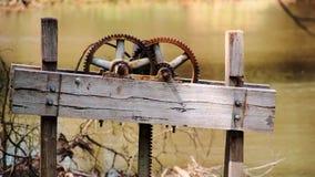 Un viejo dispositivo mecánico en un lago Imagen de archivo libre de regalías