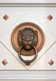Un viejo doorcnocker del león Imagenes de archivo