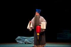 Un viejo hombre con un pabellón de la brisa de la ópera del šJiangxi del ¼ del lanternï imagenes de archivo