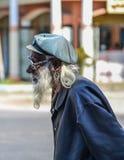 Un viejo hombre que camina en la calle fotos de archivo libres de regalías