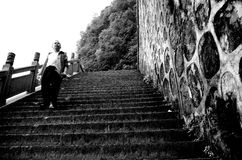 Un viejo hombre y su camino Foto de archivo libre de regalías