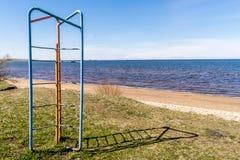 Un viejo marco que sube del ` s del niño al lado de la playa imagen de archivo