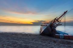 Un viejo naufragio o el naufragio abandonado, barco volcó en el s Fotos de archivo