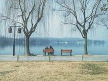 Un viejo par que se sienta cerca del westlake (AMOR) Fotos de archivo