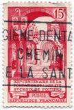 Un viejo sello francés rojo publicó en 1957 con una imagen que celebraba la fundación de la abadía cruzada santa en Poitiers Fotos de archivo libres de regalías