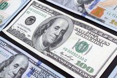 Un viejo tipo cientos billetes de banco del dólar entre nuevo Foto de archivo libre de regalías
