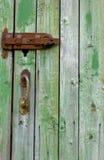 Un viejo verde de madera de la puerta Foto de archivo libre de regalías