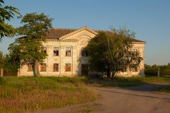 Un vieux bâtiment à deux étages abandonné pendant le début de la matinée de village Photos stock
