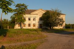 Un vieux bâtiment à deux étages abandonné pendant le début de la matinée de village Images libres de droits