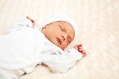 Un vieux bébé de semaine en sommeil Photographie stock libre de droits