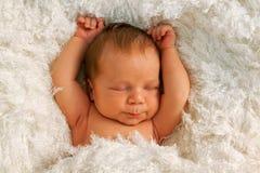 Un vieux bébé de semaine sur la couverture blanche Image stock