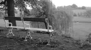 Un vieux banc d'allocation des places regardant à travers la campagne Photos stock