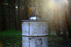 Un vieux baril de fer dans la forêt profonde Images libres de droits