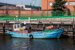 Un vieux bateau de pêche est amarré dans Klaipeda Lithuanie Photos libres de droits