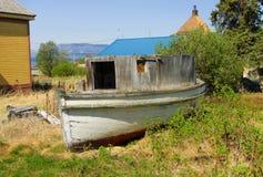 Un vieux bateau en bois des jours de fièvre de l'or dans le Canada du nord Images libres de droits