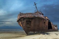 Un vieux bateau ruiné repose le rouillement sur le rivage Photo libre de droits