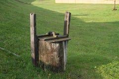 Un vieux, bien abandonné, en bois, rond coup en clairière verte photos libres de droits