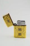 Un vieux briquet ouvert utilisé d'or luxueux Photos libres de droits