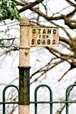 Un vieux britannique un support de cabine solitaire d'isolement et ourlé dedans par la clôture de région boisée et de fer travail images stock