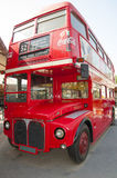 Un vieux bus rouge photographie stock libre de droits