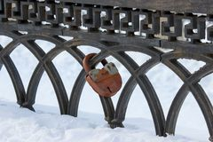 Un vieux cadenas rouillé sur un métal rouillé a façonné la barrière photographie stock