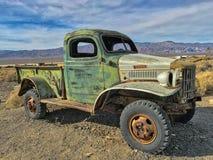 Un vieux camion abandonné en ville fantôme Ballarat ; Death Valley, la Californie, Etats-Unis photos libres de droits