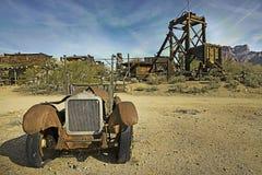 Un vieux camion dans la ville fantôme de terrain aurifère Photographie stock libre de droits