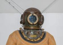 Un vieux casque de plongée avec le costume de plongée Photographie stock libre de droits
