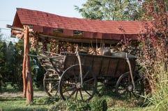 Un vieux chariot de cheval décoré à l'oignon ropes Photo libre de droits