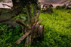 Un vieux chariot se trouve épave dans le domaine à une ferme images stock
