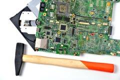 Un vieux circuit micro pour un ordinateur portable et un disque compact-ROM, fond blanc photographie stock libre de droits