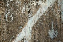 Un vieux conseil en bois gris avec des fissures et éplucher la peinture bleue Ligne diagonale Texture de surface approximative images libres de droits