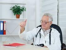 Un vieux docteur masculin montrant le signe correct Image stock