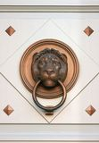 Un vieux doorcnocker de lion Images stock