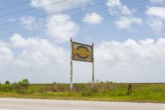 Un vieux et rouillé panneau d'affichage le long d'un roud près de Lake Charles Photographie stock libre de droits