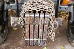 Un vieux et sale tracteur qui est abandonné Photo stock