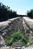 Un vieux fossé d'irrigation gentil et sec photos stock