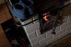 Un vieux fourneau carrelé Flamme dans le four image libre de droits
