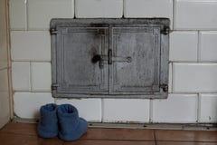 Un vieux fourneau carrelé Flamme dans le four photos libres de droits