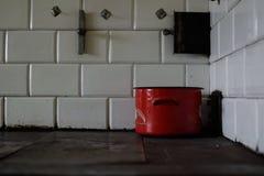 Un vieux fourneau carrelé Flamme dans le four photos stock