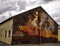 Un vieux hangar industriel avec le mur peint Image stock