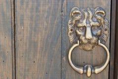 Un vieux heurtoir de poignée de porte en métal Images stock