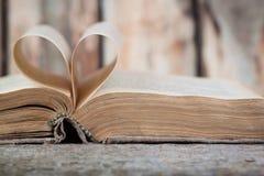Un vieux livre avec les pages en forme de coeur Photographie stock