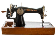 Un vieux, machine à coudre de main sur le fond blanc photo stock
