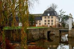 Un vieux manoir dans la forêt d'automne le canal autour de la vieille maison de rapport Photo libre de droits