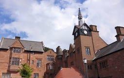 Un vieux manoir et tour d'horloge Images libres de droits