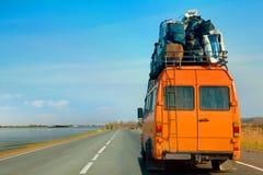 Un vieux minibus est utilisé pour se déplacer à un nouveau domicile photographie stock libre de droits