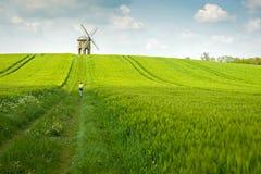 Un vieux moulin à vent en pierre dans le domaine Photo stock